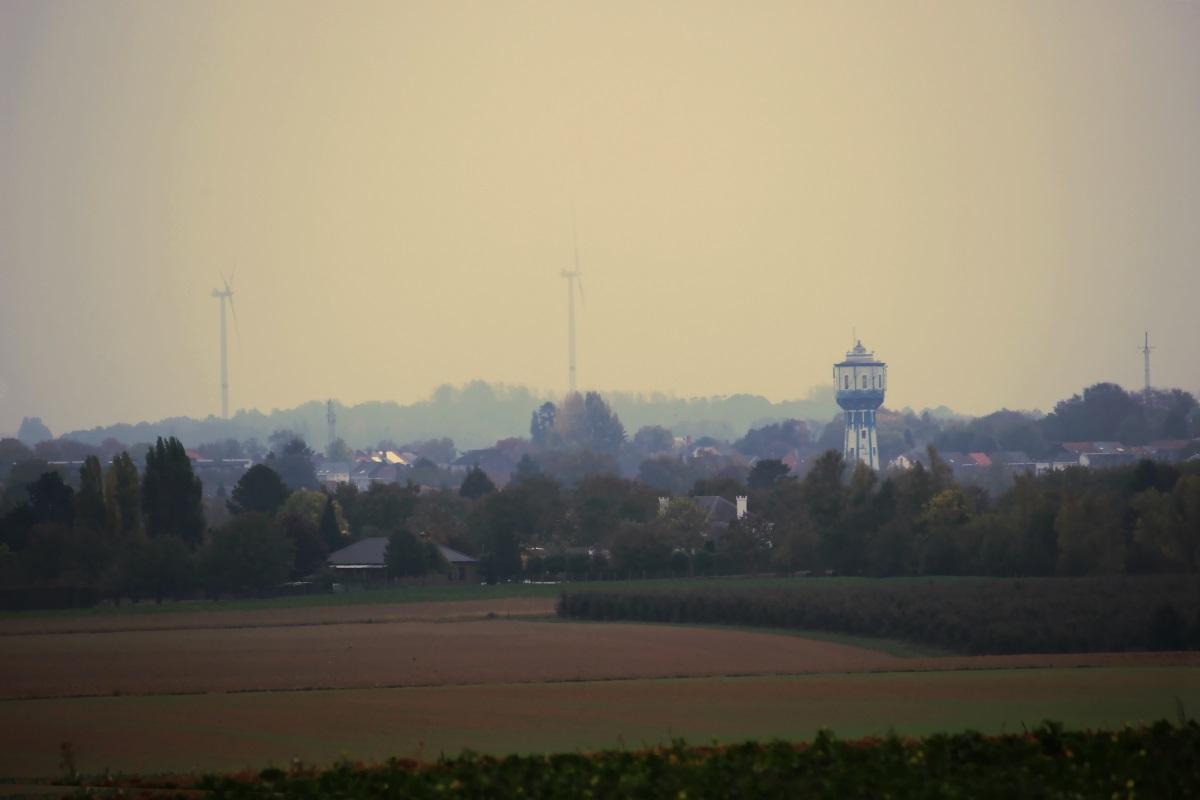 De blauwe watertoren in het rood