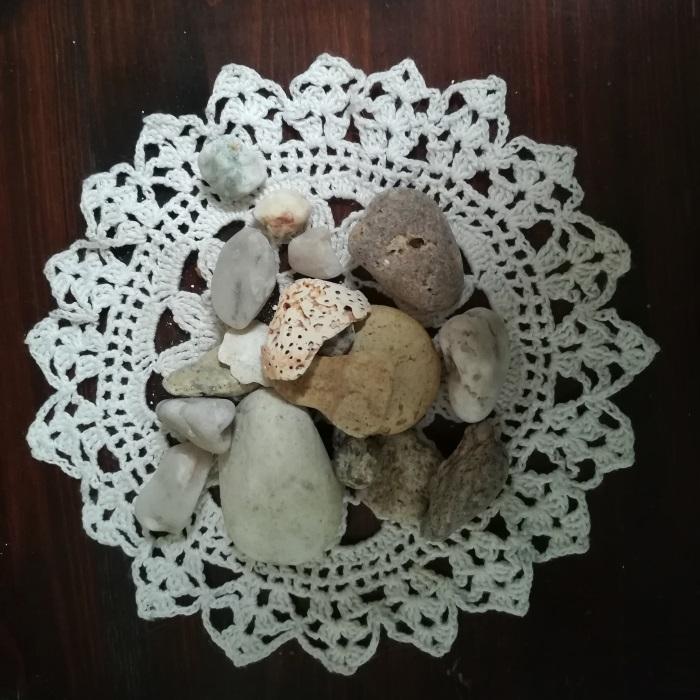 Met stenen gegooid
