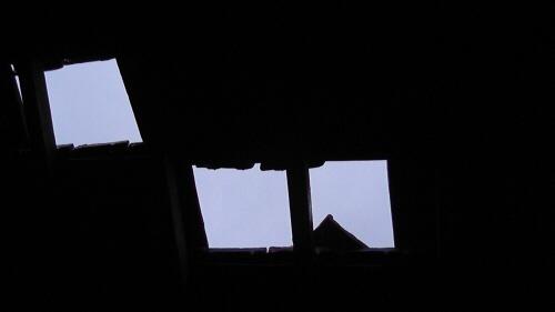 Een dak met een gat